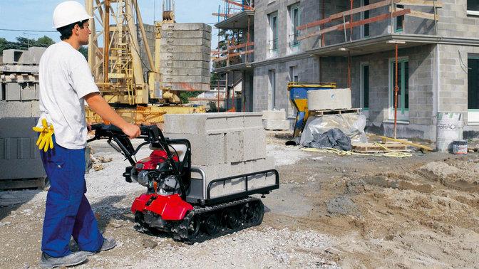 Transporteur utilisé par un modèle sur site.